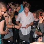 הבנ''ה 2011 ת''א. כן, כן, רנדי האריסון חותם למעריצות אחרי ההנס במרכז הגאה. צילום: מאור ברזני